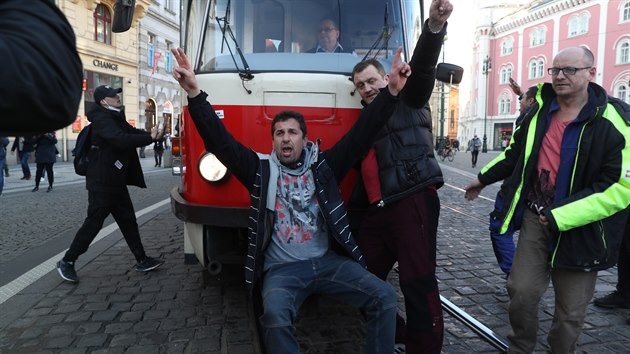 Na pražském Staroměstském náměstí demonstrovali lidé proti vládním opatřením. Demonstraci svolala iniciativa Chcípl PES. (7. března 2021)