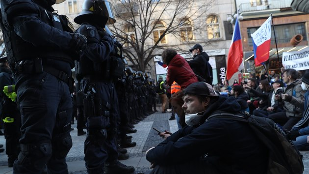 Na pražském Staroměstském náměstí demonstrovali lidé proti vládním opatřením, demonstraci svolala iniciativa Chcípl PES. Policie demonstranty legitimovala. (7. března 2021)