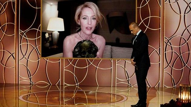 Herečka Gillian Andersonová přebírá Zlatı glóbus v kategorii vedlejší ženská role na dálku z pražského hotelového pokoje (28. února 2021).