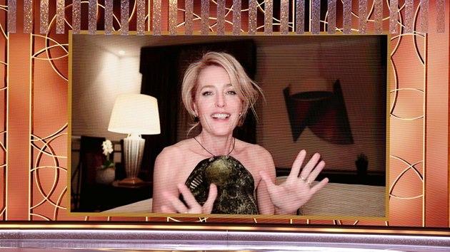 Gillian Andersonová se předávání Zlatıch glóbů nemohla zúčastnit, protože právě natáčí v Praze (28. února 2021).