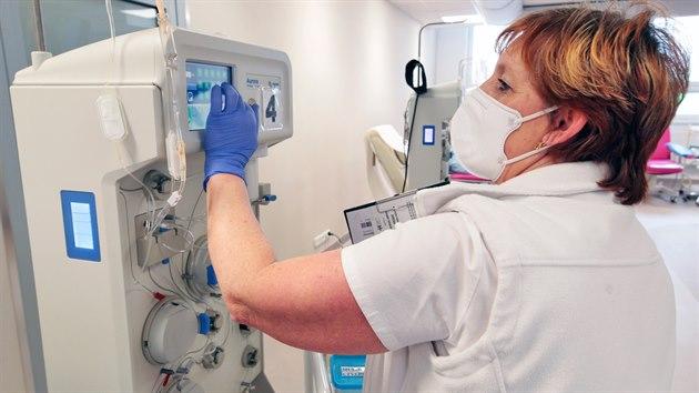 Odběrová zdravotní sestra Jana Křenková připravuje přístroj k odběru.