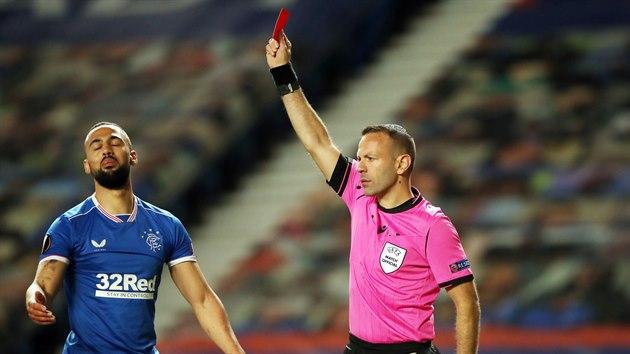 Kemar Roofe z Rangers dostává červenou kartu v utkání se Slavií.