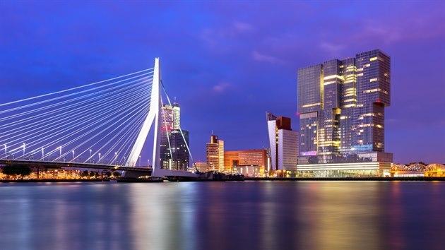 Rotterdam je největší evropskı přístav, do roku 2004 byl největším přístavem na světě.