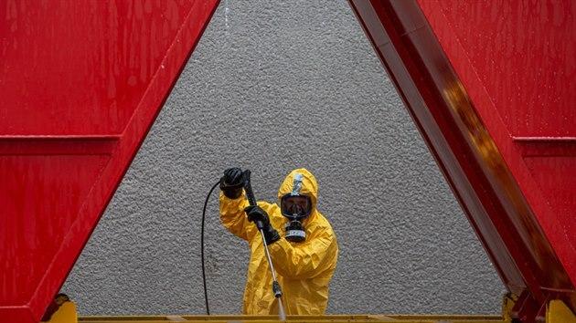 Hasiči zasahují v ohnisku ptačí chřipky v chovu kachen v Zábědově (23. března. 2021)