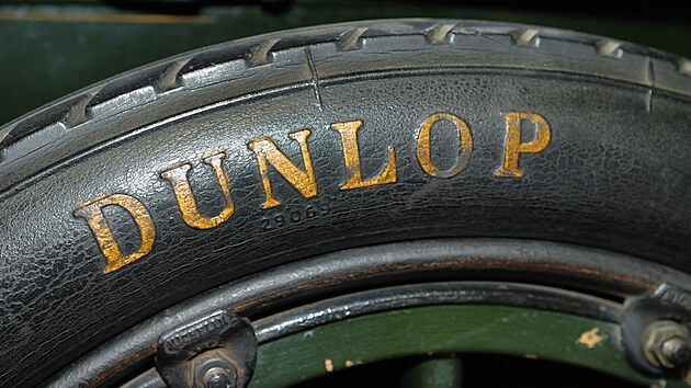 Při prvním závodu byla kola nahuštěná vzduchem všem jen pro smích, dokud nezačala v závodech vítězit.