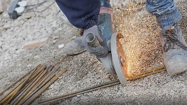 Ocelové tyče zvané roxory se nařežou na potřebnou délku.