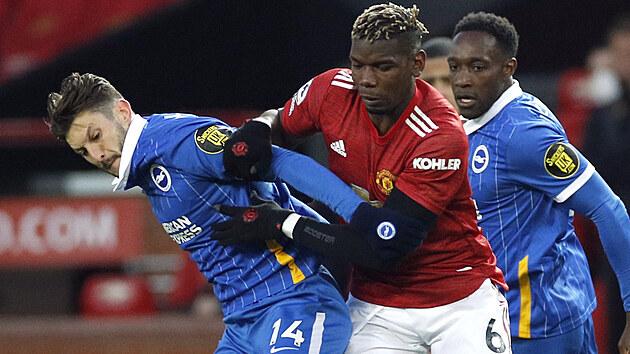 Paul Pogba z Manchesteru United (uprostřed) se snaží dostat k míči přes Adama Lallanu z Brightonu.