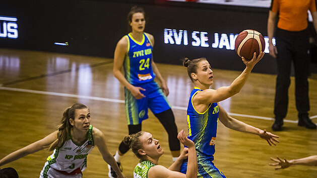 Kateřina Elhotová z USK Praha donáší míč do koše KP Brno.