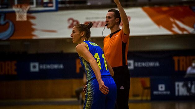Kateřina Elhotová z USK Praha sleduje hru.