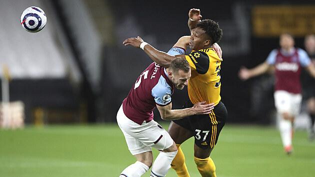 Adama Traoré z Wolverhamptonu (vpravo) a Vladimír Coufal z West Hamu bojují v duelu Premier League.
