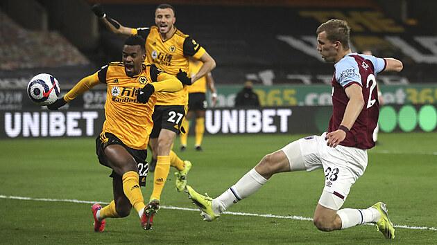 Tomáš Souček z West Hamu (vpravo) střílí na branku Wolverhamptonu.