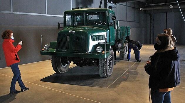 Jako první přijel do haly nového muzea valník Tatra 128 vyrobenı v roce 1951.