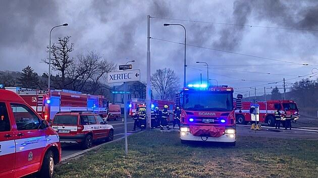 V pražské Modřanské ulici hoří hala. (12. dubna 2021)