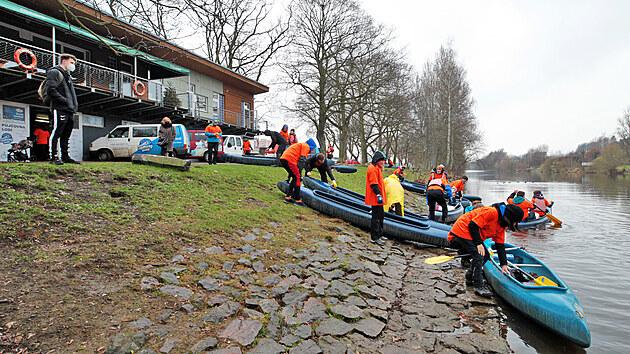 Vodáci čistili řeku Ohři v úseku od karlovarské loděnice pod Chebskım mostem k tábořišti Hubertus.