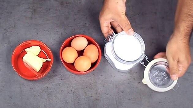 Budete potřebovat jen vejce, máslo a sůl.