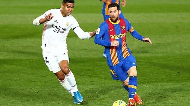 Lionel Messi (vpravo) vede balon v zápase proti Realu Madrid.