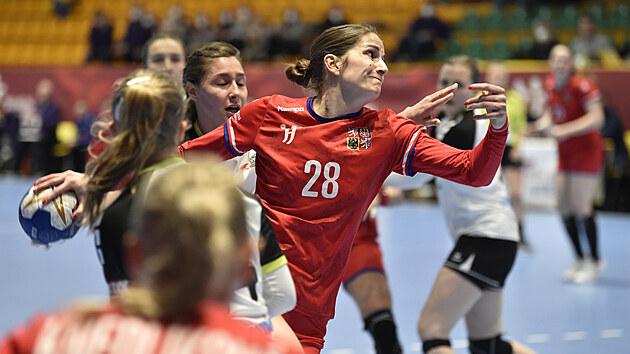 Šárka Marčíková se prodírá do šance v kvalifikačním zápase proti Švıcarsku.
