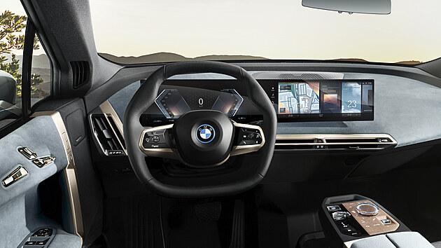BMW iX dostalo jako první osmou generaci rozhraní BMW iDrive a Operační systém 8, kterı umožní provádět rozsáhlé vysokorychlostní bezdrátové aktualizace.