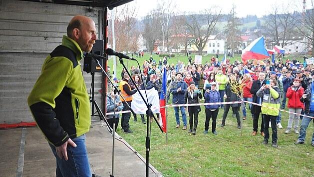 V Semilech demonstrovaly stovky lidí na podporu ředitele Waldorfské školy Ivana Semeckého (na snímku) a za návrat dětí do škol bez podmínek.
