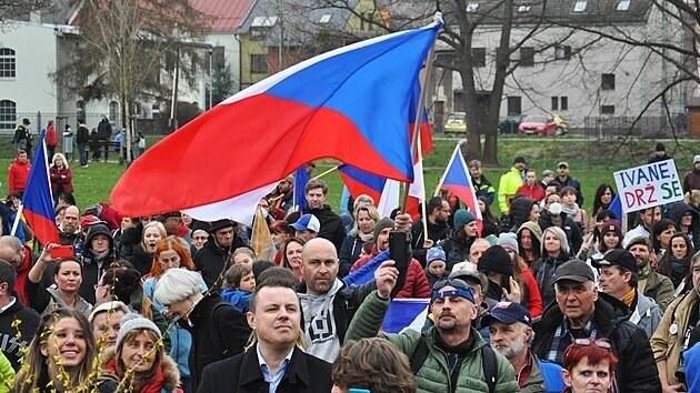 V Semilech demonstrovaly stovky lidí na podporu ředitele Waldorfské školy Ivana Semeckého a za návrat dětí do škol bez podmínek.