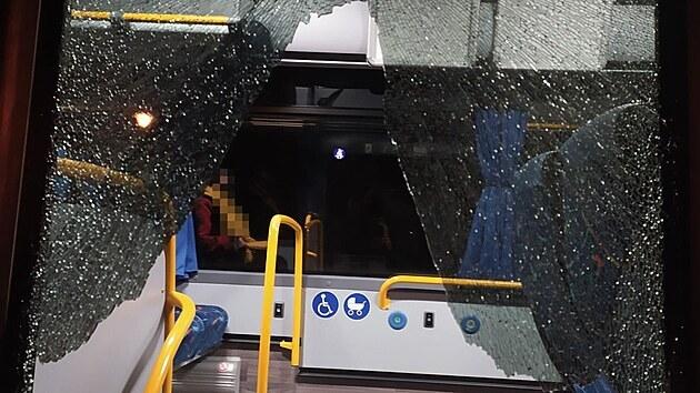 Poškozené dveře linkového autobusu z Hradce Králové do Broumova. (14. 4. 2021)