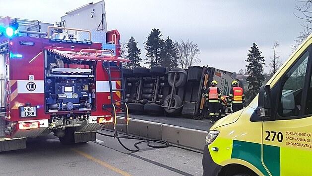 Nehoda kamionu uzavřela dálnici D1 za Brnem ve směru na Prahu. V úseku mezi sjezdem na Ostrovačice a odpočívkou Devět křížů zasahují hasiči. (19. dubna 2021)