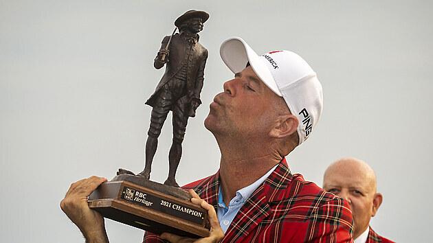 Stewart Cink s trofejí pro vítěze turnaje RBC Heritage.