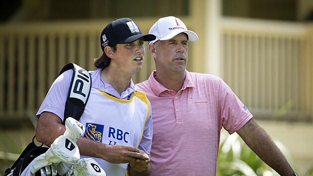 Stewart Cink a jeho syn Regan v roli caddieho na turnaji v Hilton Head.