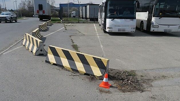Silně opilı řidič autobusu v Olomouci naboural nejprve do betonové zábrany, jel ale dál a vzápětí narazil do zaparkovaného auta.