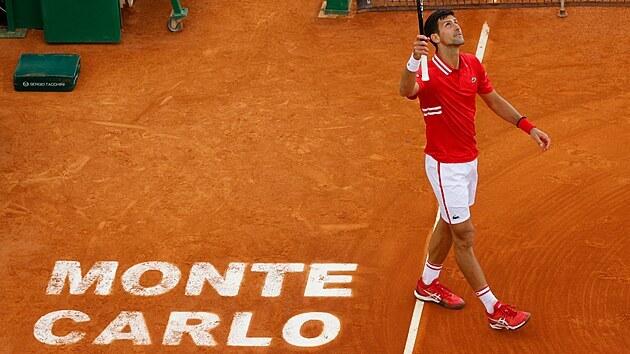 Novak Djokovič se na turnaji v Monte Carlu raduje z vıhry.