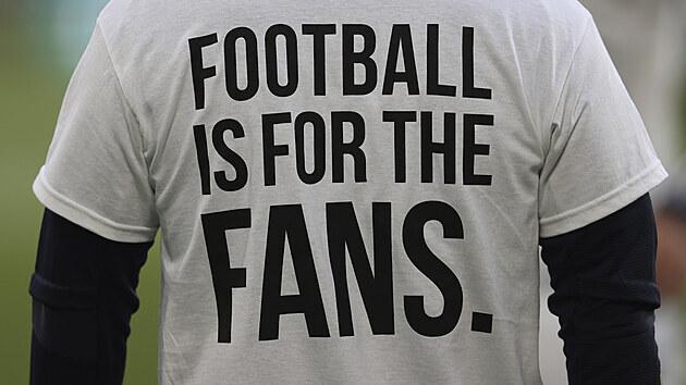 Fotbalisté Leedsu si před zápasem s Liverpoolem vzali trička na protest proti založení superligy.