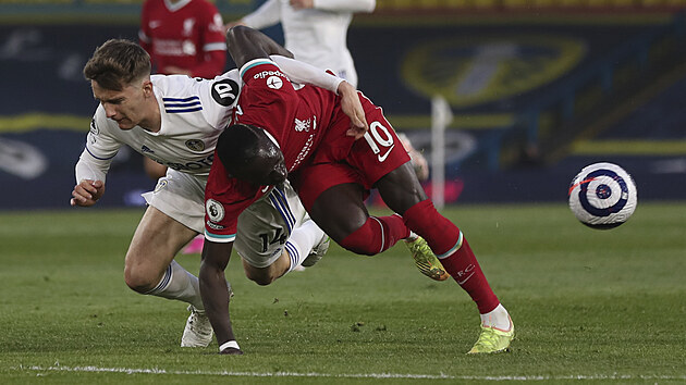 Sadio Mané (v rudém) z Liverpoolu faulovanı Diegem Llorentem z Leedsu.