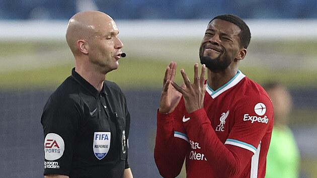 Georginio Wijnaldum z Liverpoolu se vzpouzí rozhodčímu.
