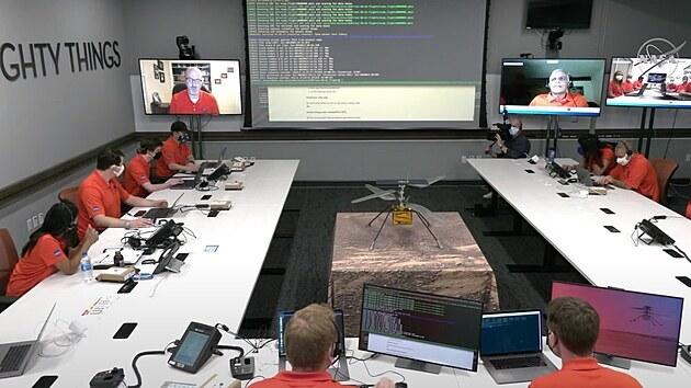 Snímek řídícího centra příjmu dat z vrtulníčku Ingenuity.