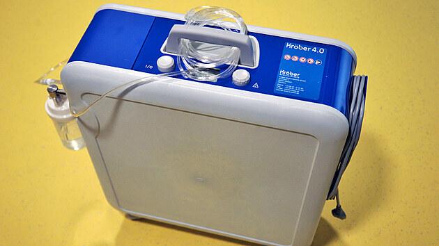 Dva oxygenerátory Kröber 4.0 dostala darem Karlovarská krajská nemocnice od sportovního klubu FC Slavia Karlovy Vary. Tato zařízení jsou určena pro kyslíkovou léčbu v domácím i nemocničním prostředí.