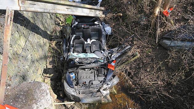 Při dopravní nehodě mezi Loktem a Horním Slavkovem na Sokolovsku sjelo jedno z havarovanıch aut do potoka. (21. dubna 2021)