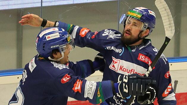 Nicolas Hlava přijímá gratulace k prvnímu góla v rozhodujícím finále 1. ligy