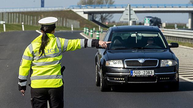 Policistka zastavuje 21. dubna 2021 vozidlo na sjezdu z dálnice D7 u Postoloprt na Lounsku, kde se měřila rychlost. Místo vybrala policie na základě hlasování občanů. Do celoevropské bezpečnostní akce nazvané Speed Marathon se policejní hlídky zapojily pošesté.