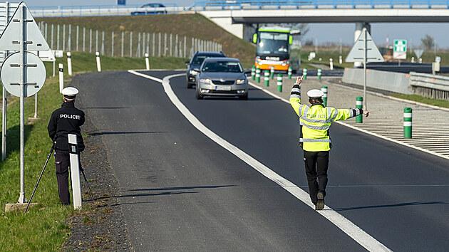 Policistka zastavuje 21. dubna 2021 vozidlo na sjezdu z dálnice D7 u Postoloprt na Lounsku, kde policisté měřili rychlost. Místo vybrala policie na základě hlasování občanů. Do celoevropské bezpečnostní akce nazvané Speed Marathon se policejní hlídky zapojily pošesté.