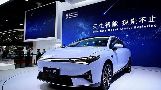 Elektromobil Xpeng P5 při premiéře na autosalonu v Šanghaji