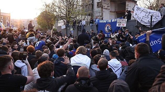 Protesty fanoušků proti plánované fotbalové Superlize před stadionem Chelsea