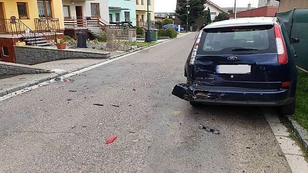 Řidič volkswagenu při vyjíždění z garáže nejdříve narazil do Fordu Focus.