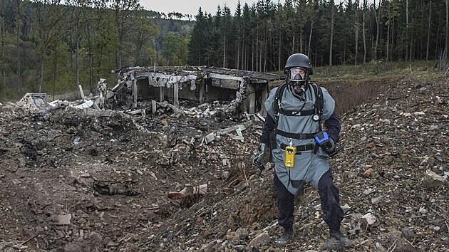 Pyrotechnik provádí inspekci poškozenıch muničních skladů ve Vrběticích. (20. října 2014)