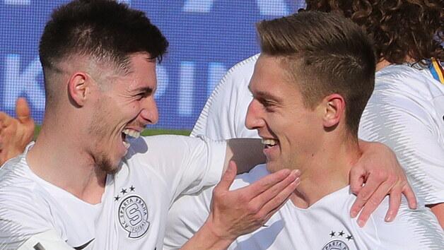 Sparťanská radost, Srdjan Plavšič (vlevo) gratuluje ke gólu proti Pardubicím Tomáši Wiesnerovi.