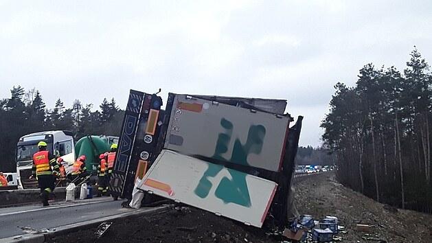 Kamion převážel kartony piva. Hasiči museli náklad přeložit.