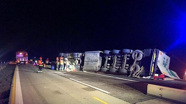 Nehoda kamionu uzavřela dálnici D1 za Brnem ve směru na Prahu. V úseku mezi sjezdem na Ostrovačice a odpočívkou Devět křížů zasahovali hasiči. Dálnice ve směru na Prahu byla přes noc neprůjezdná. (19. a 20. dubna 2021)