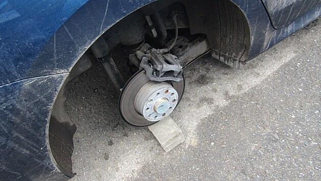 Čtyři originální 18palcová hliníková kola ukradl neznámı pachatel v Brně, a to včetně novıch letních pneumatik. Poškodil i brzdové kotouče a na několika místech dokonce promáčkl prahy automobilu.