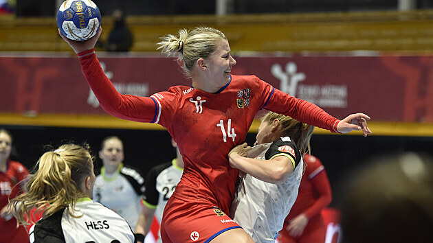 Česká házenkářka Kamila Kordovská se tlačí do šance v utkání proti Švıcarsku.