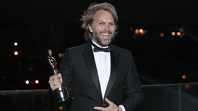 Florian Zeller drží svého Oscara za nejlepší adaptovanı scénář, kterı získal za film Otec (26. dubna 2021).