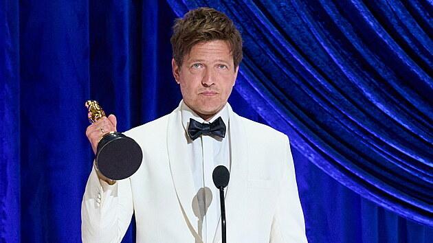 Režisér Tomas Vinterberg drží v ruce Oscara za snímek Chlast, stal se nejlepším zahraničním snímkem roku (26. dubna 2021).